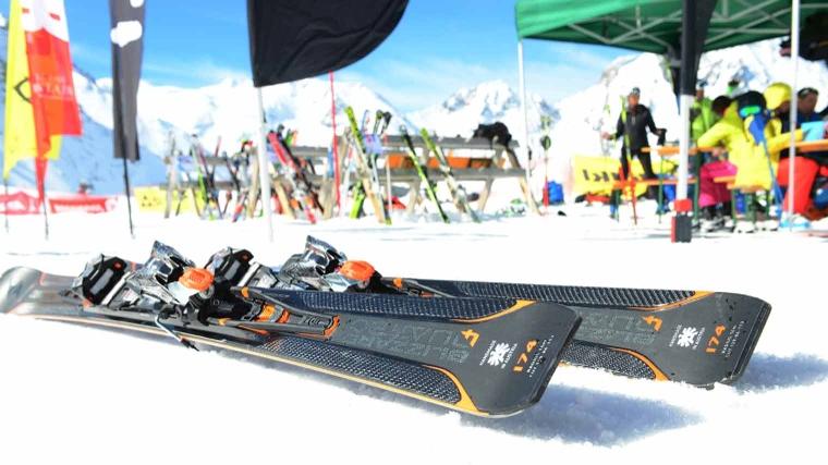 d4c9a3f382a Vanwege z'n vorm wil de ski, op het moment dat hij ingekant wordt, een  bocht gaan maken.